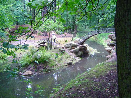 Wasserläufe, ein Teich, kleine Brücken und Schlängelwege beleben das Terrain.