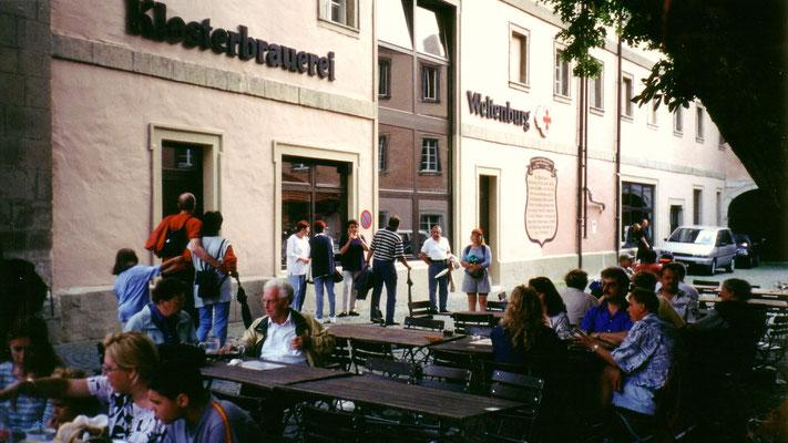 Der Klosterhof ist ein großer, lebhaft besuchter Biergarten