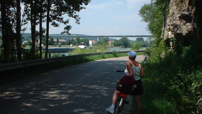 Blick auf die Autobahnbrücke über die Donau bei Regensburg