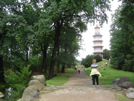 Neben dem Hauptpark findet sich hinter Bäumen ein kleiner Park im chinesischen Stil.