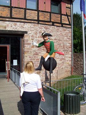 Am Münchhausen-Museum in Bodenwerder