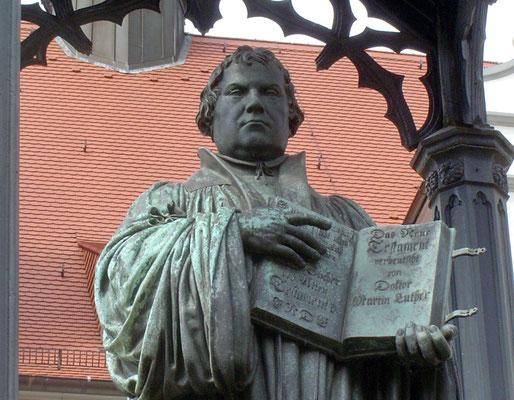 An Luther erinnert außer dem Denkmal auf dem Markt wenig in der Stadt.