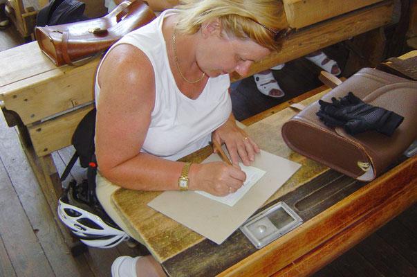 Christine schreibt in Sütterlin-Schrift.