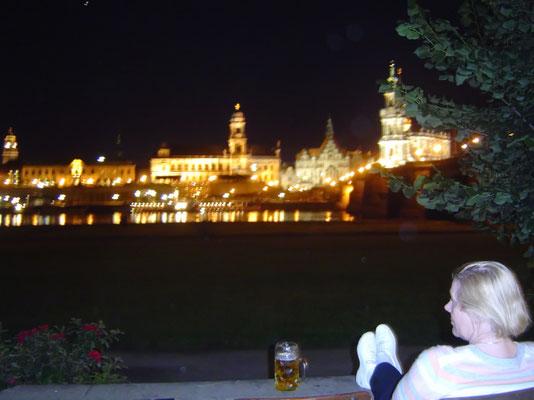 Abend im Biergarten am Elbeufer mit Blick auf Dresden