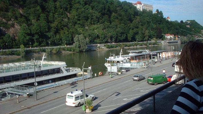 Terrasse beim Blauen Bock, wo wir bei herrlichem Donaublick speisen