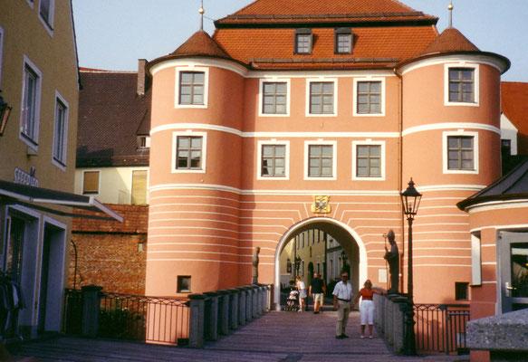 Gegen 17 Uhr erreichen wir das Stadttor von Donauwörth (Tagesstrecke: 52 km)
