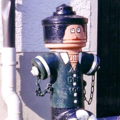 """Ein lustig bemalter Hydrant in Mühlheim als """"Stadtmöbel"""""""