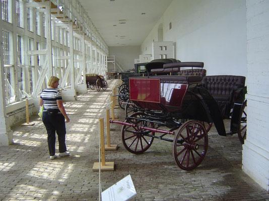 In der Orangerie gibt es eine Ausstellung historischer Kutschentypen.