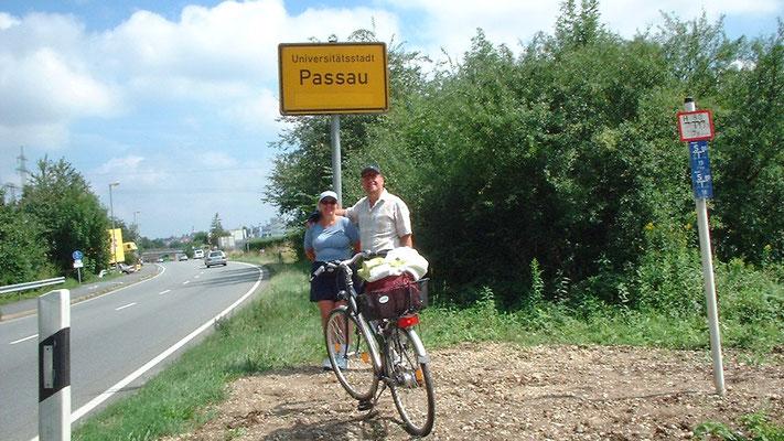 Gegen 15 Uhr erreichen wir das Ortsschild von Passau (40 Tageskilometer).
