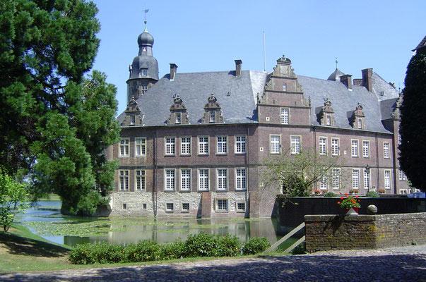 """Schloss Darfeld (unser Scherzname je nach Stimmung mal """"Schloss Garfield"""", ..."""
