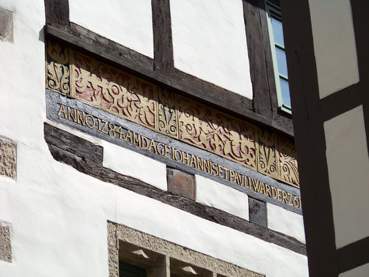 """Hameln: Eine Hausinschrift am """"Rattenfängerhaus"""" zum Desaster von 1284"""