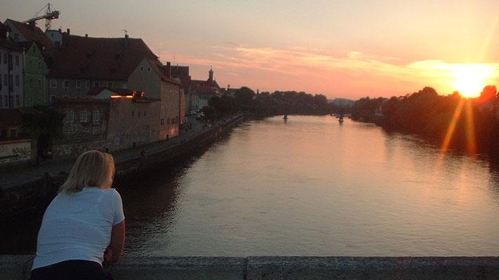 """Auf der """"Steinernen Brücke"""" erleben wir einen ausgesprochen romantischen Sonnenuntergang."""
