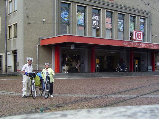 Die mit noch einmal (angeblich) 12 Kilometern letzte Etappe unserer Fahrt führte uns zum Ziel unserer Radtour, dem Dessauer Hauptbahnhof.