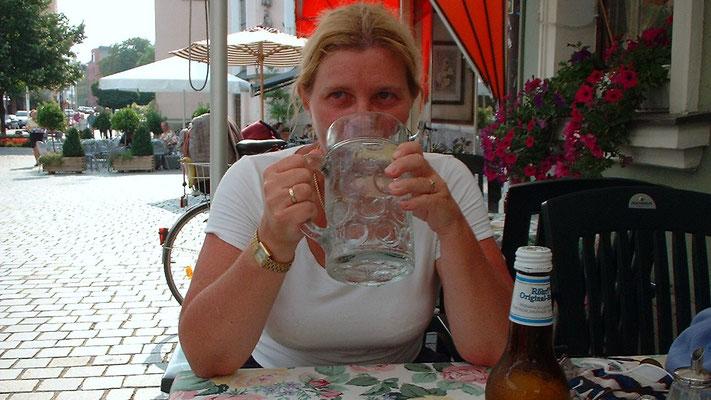 """Christine bestellt sich ein Mineralwasser """"so groß Sie haben"""" - der Kellner bringt eine ganze Maß (1 Liter)."""