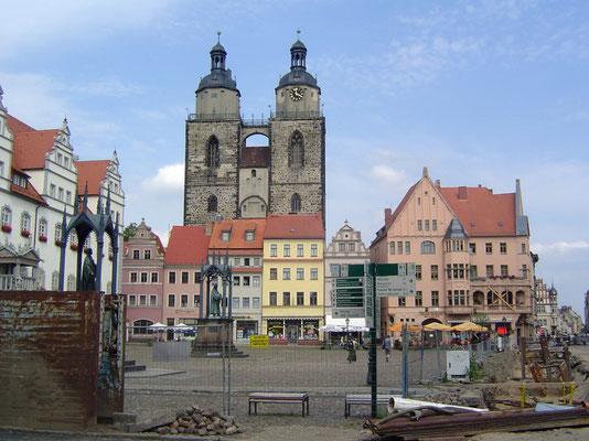 Wittenberg: Wenn man den Zaun um den Markt durchsteigt, gewinnt man einige reizvolle Perspektiven, wobei man allerdings sagen muss, dass die Stadtbürger mit der Dimension ihrer Kirche in Bezug auf die Stadt offenbar schon im Mittelalter wenig Ges