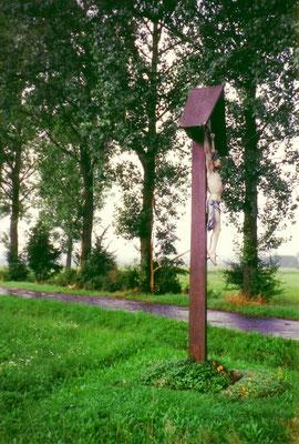 Wegekreuz bei Donaueschingen. In den Baum nebenan hat der Blitz eingeschlagen. Der Bauer meint, das Wegekreuz habe erfolgreich verhindert, dass der Blitz in die Scheune einschlug ...