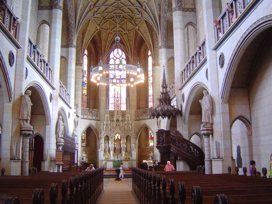 Den einzigen Lichtblick im ganzen Ensemble stellt das Innere der Schlosskirche dar, in dem zumindest einige Bilder, Statuen und Grabplatten an Luther erinnern.