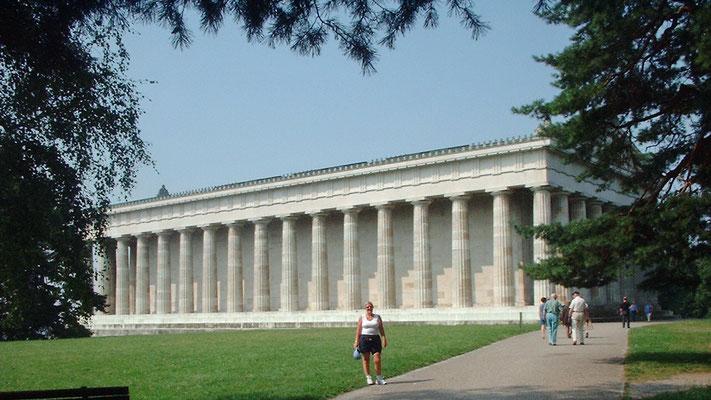 Die Walhalla wurde um die Mitte des 19. Jahrhunderts als Ruhmeshalle deutsche Dichtens und Denkens errichtet.