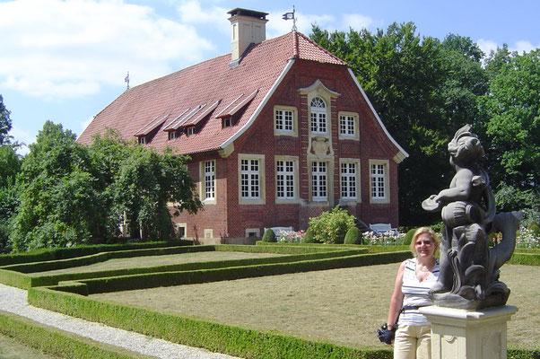 Das Haus ist recht hübsch (barocker Bau von Schlaun), und auch der Park mit seinen Statuen lohnt einen Besuch