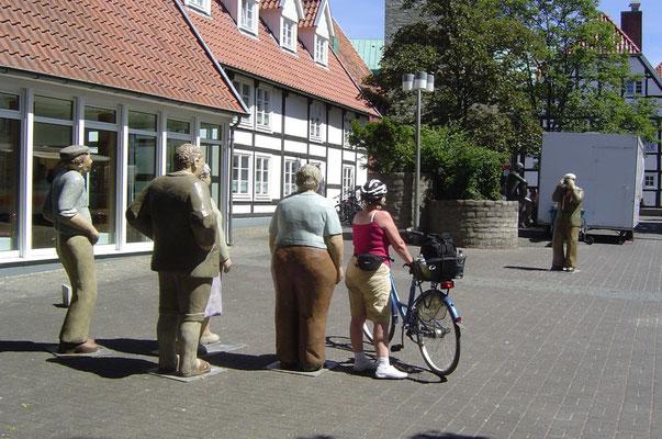 """Eine nette Überraschung ist Wiedenbrück: Wir geraten in eine """"Touristengruppe"""", die gerade fotografiert wird."""
