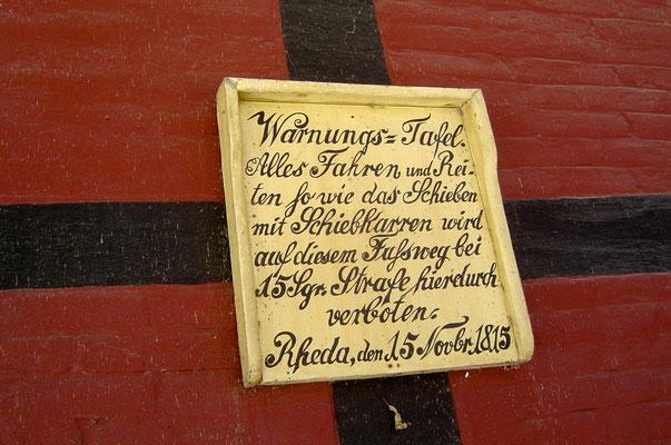 ... und eine alte Verbotstafel sind originelle Überreste aus der feudalen Zeit.