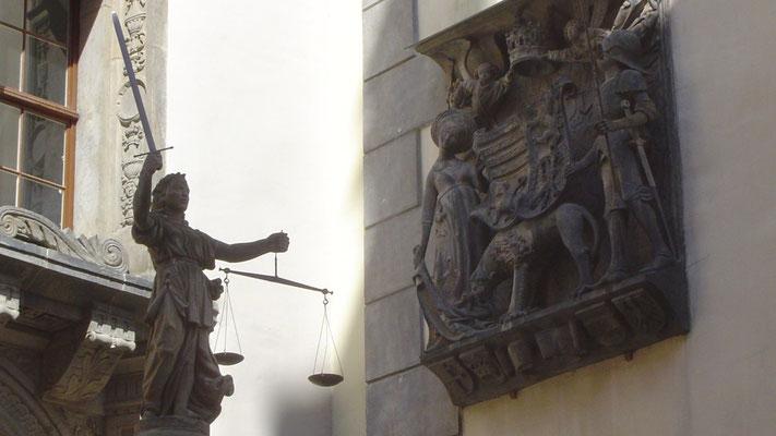 Justitia und ein Stadtwappen