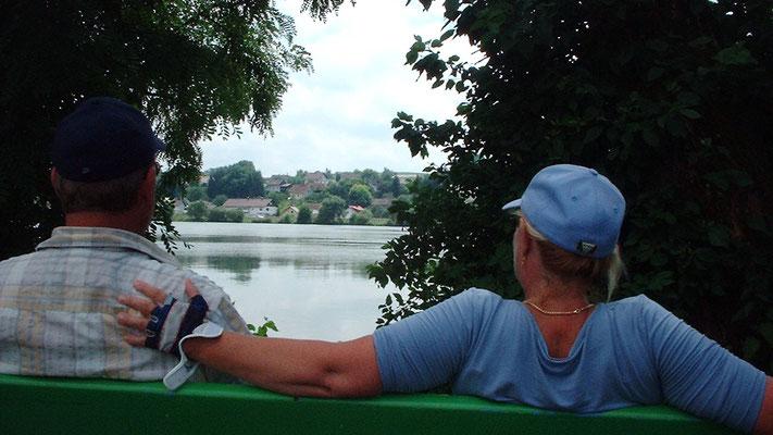 Kurz vor Passau setzen wir uns noch einmal ans Donauufer und genießen die Sonne, die Natur und einen Snickers