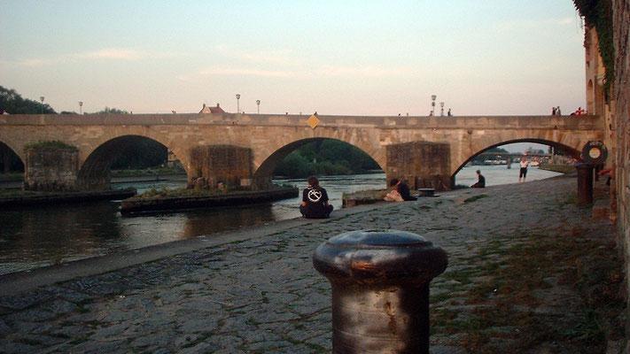 """Die """"Steinerne Brücke"""" ist die älteste Brücke in Regensburg, um 1140 errichtet."""