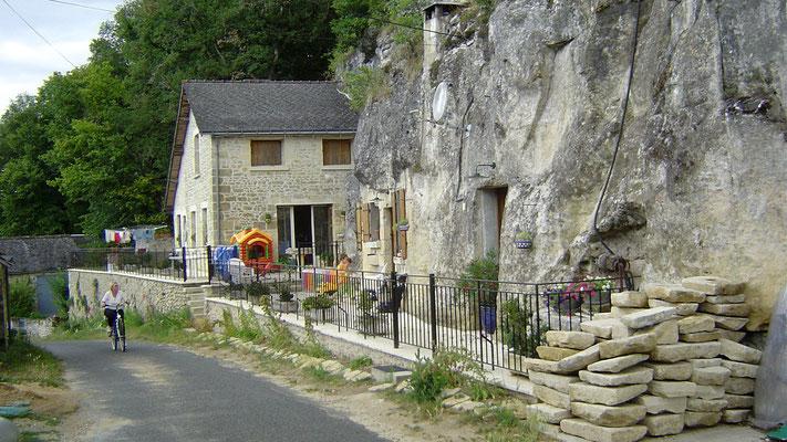 Es gibt hier in den Bergen aber auch noch Menschen, die in Höhlen wohnen.