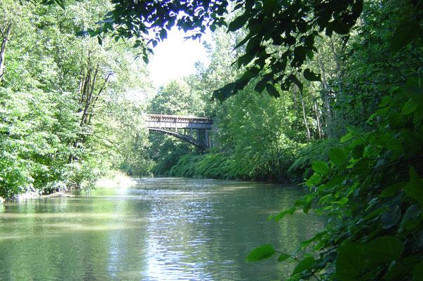 An der Neiße - eine kleine Brücke führt nach Polen hinüber