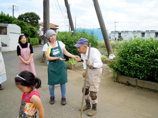 篠宮 良道さんの柳久保小麦畑の前でお話を伺いました。