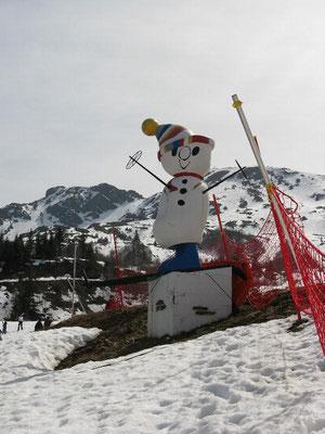Gites des Camparros à Nailloux : statue de bonhomme de neige géante aux Monts d'Olmes