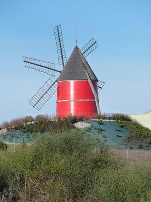 Gites des Camparros à Nailloux : moulin rouge à six ailes