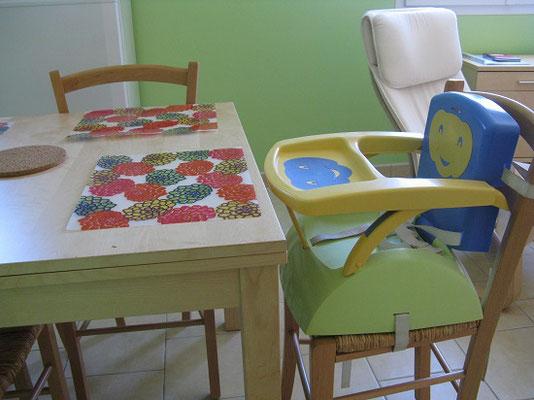 réhausseur de chaise avec tablette, pour bébé - aux Gites des Camparros à Nailloux