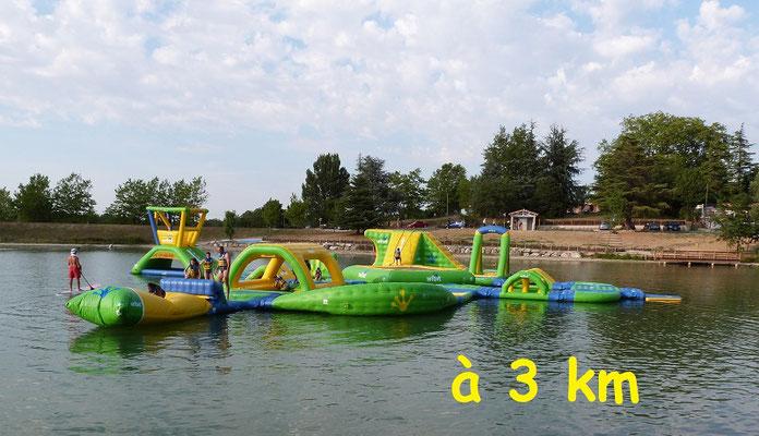 Gites des Camparros à Nailloux : lac de la Thesauque avec l'aire de jeux gonglable