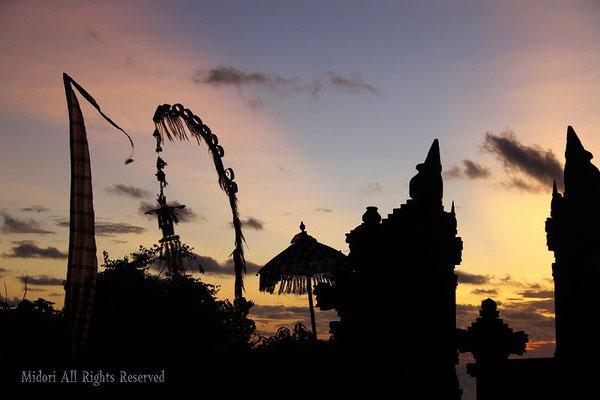 バリ島のケチャックが始まる前の静けさ。神聖でした。