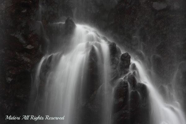 滝の流れより、岩肌が大仏さんの手の様に見えました。