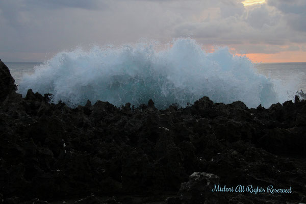 ここは、すごい波が打ちつける所でしたが、ヨガをしている人が居たりと不思議と落ち着く場所でした。