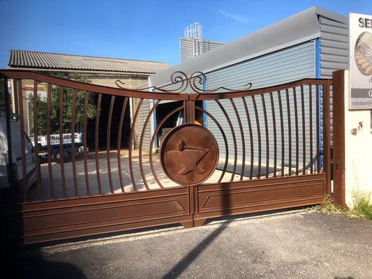 fabrication d'un portail en fer forgé avec décoration repoussée au marteau effet rouillé à nimes