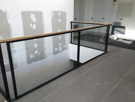 Fabrication sur mesure d'un garde corps verre, métal et main courante bois dans le gard