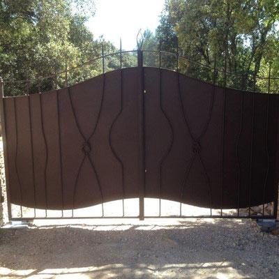 Fabrication d'un portail battant automatisé plein en fer forgé moderne à Nîmes Barreaux noués à la main dans nos ateliers