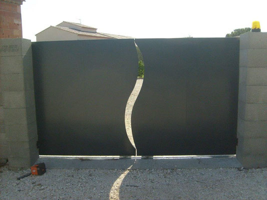 Fabrication sur mesure d'un portail plein coulissant et ouvrant en fer noir avec joints décoratif à nimes