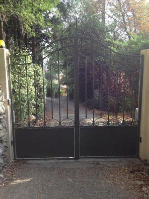 Fabrication d'un portail sur mesure à barreau et pointes en forme de chapeau de gendarme dans  le gard