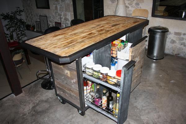 Îlot de cuisine en bois avec rangements sur mesure