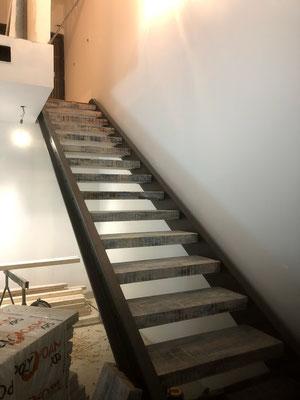 installation d'un escalier avec marches  bois colorées
