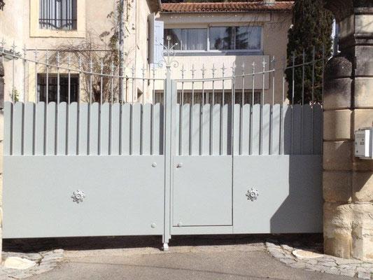 Fabrication portail battant avec portillon intégré à Nîmes Forme chapeau de gendarme inversé