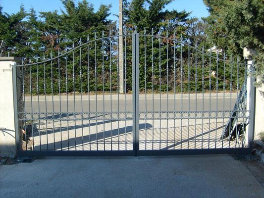 Fabrication portail battant automatique en acier barreaudé à Nîmes Double lisse horizontale habillée de ronds ou volutes