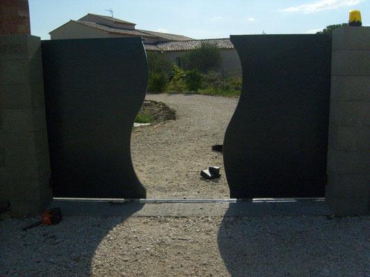 Fabrication et pose d'un portail coullissant des 2 cotés toles découpées au laser style vague à nimes
