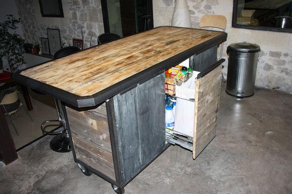 Meuble de cuisine en bois avec rangements sur mesure