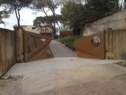 Fabrication d'un portail massif en fer forgé  dans le gard